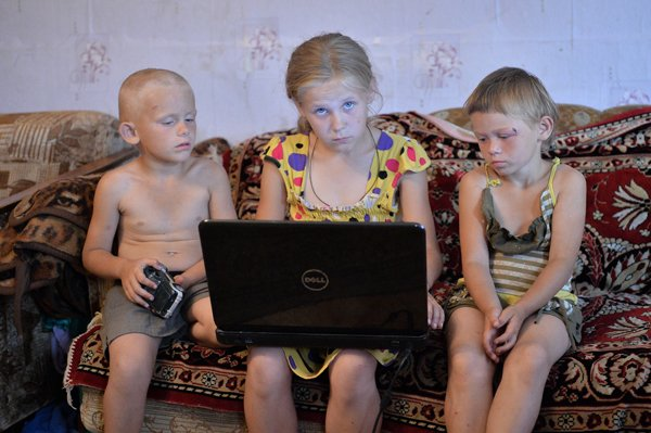позирует голой при детях дома фото