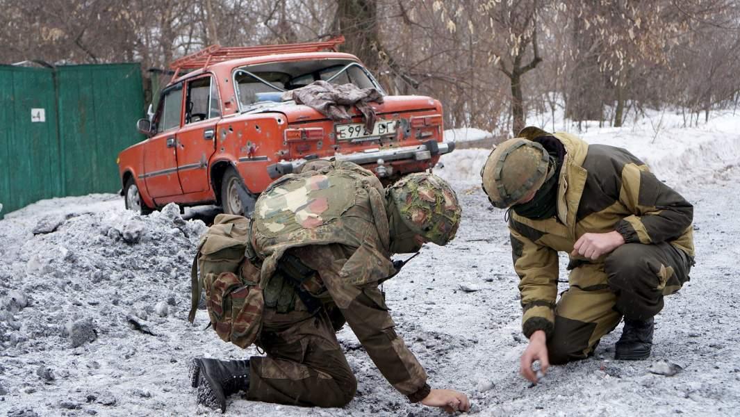 Последствия ночного обстрела — 120-миллиметровая мина в земле и разбитая гражданская машина