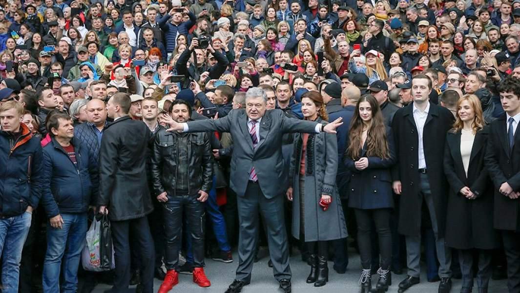 Действующий президент Украины Петр Порошенко во время коллективного фотографирования со своими сторонниками на стадионе «Олимпийский»