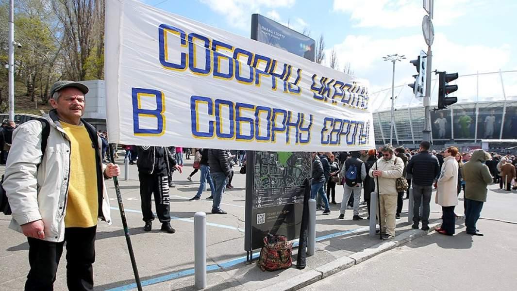 Участники акции в поддержку Порошенко около стадиона «Олимпийский»