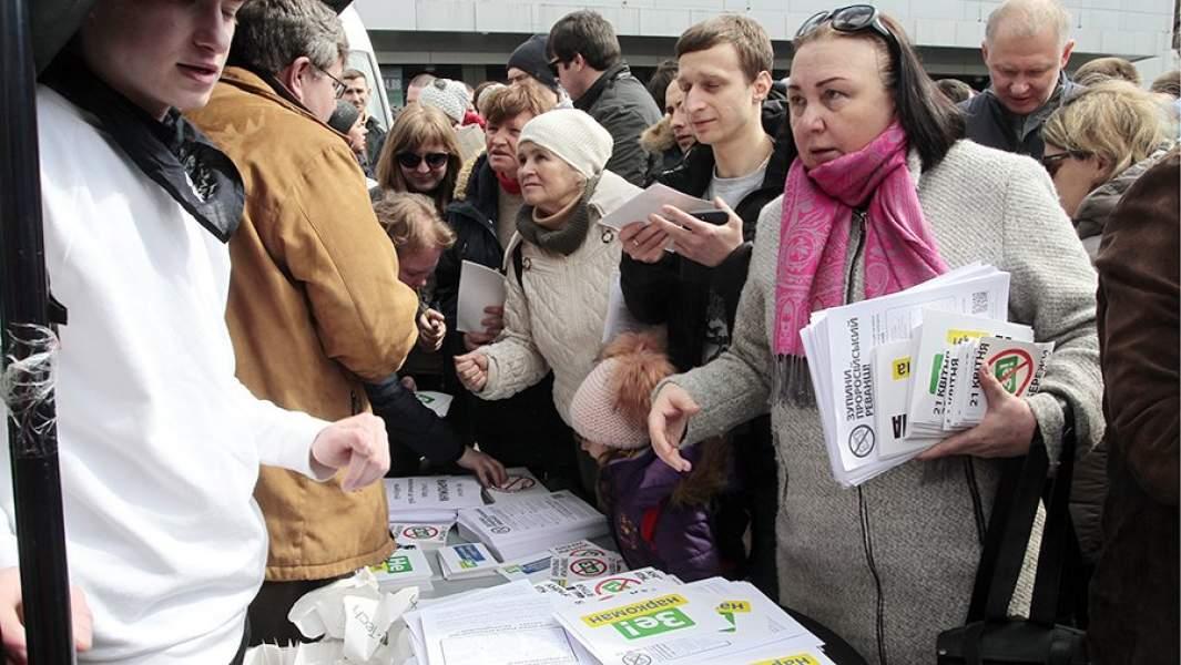 Жители Киева около стадиона «Олимпийский» перед началом дебатов кандидатов в президенты Украины