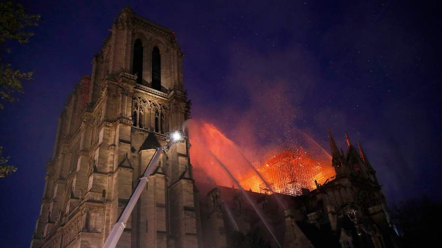 Последняя месса в Париже: в столице Франции сгорел Нотр-Дам-де-Пари