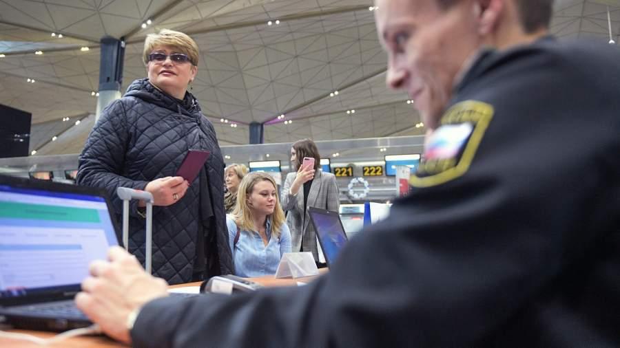 Граница долга: около 1,5 млн россиян рискуют остаться невыездными