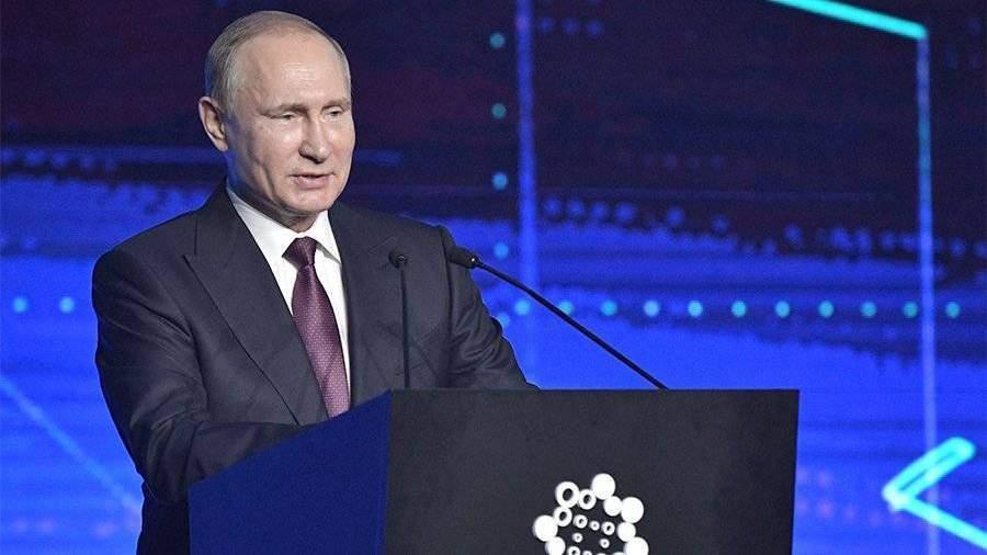 На «Иннопроме» дети подарили Путину конструктор для его внуков