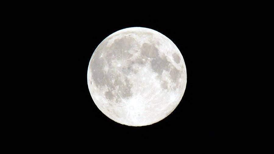 Ученые определили настоящий цвет Луны