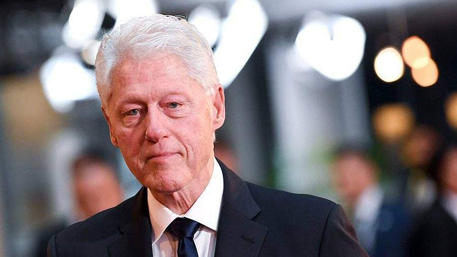 В социальная сеть Twitter подшучивают оснимке спрятавшегося между 2-мя Бушами Клинтона
