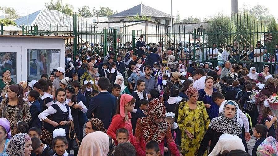 Минобразования Таджикистана запретило учащимся носить хиджабы, порванные джинсы, мини-юбки