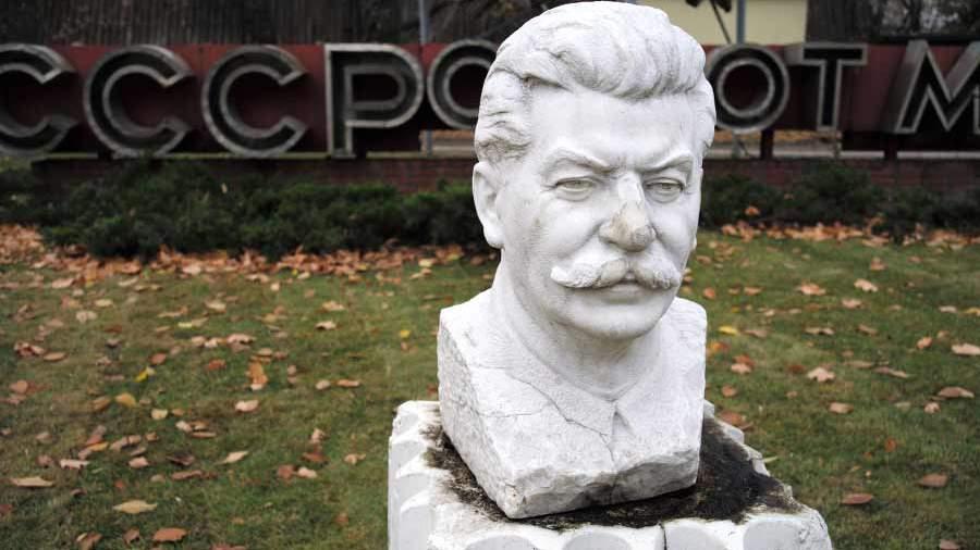 Жители России хотят побольше монументов Сталину— Социологи