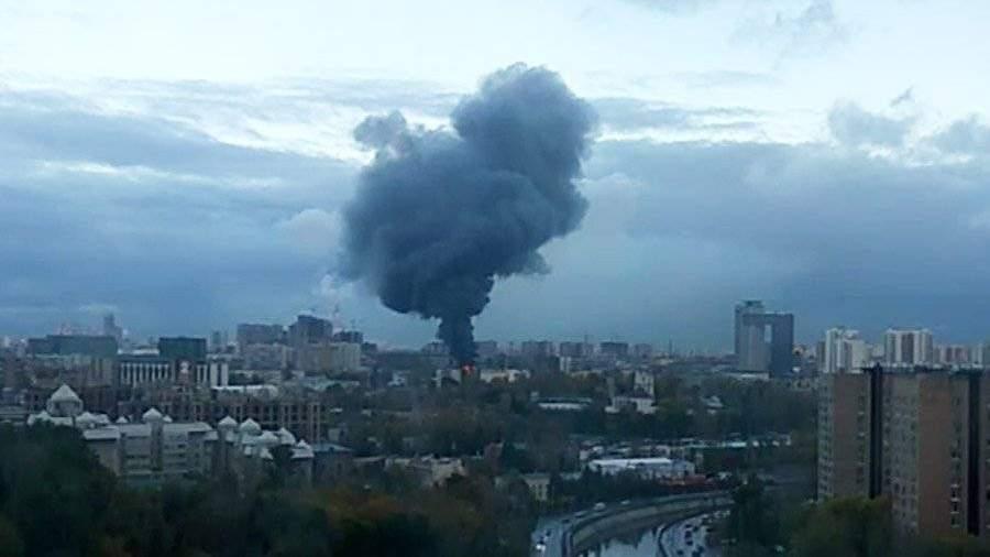 В столице России  немогут затушить пожар  набывшем заводе «Серп имолот»
