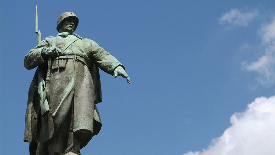 ВЛитве усоветских монументов установили таблички о различии правде