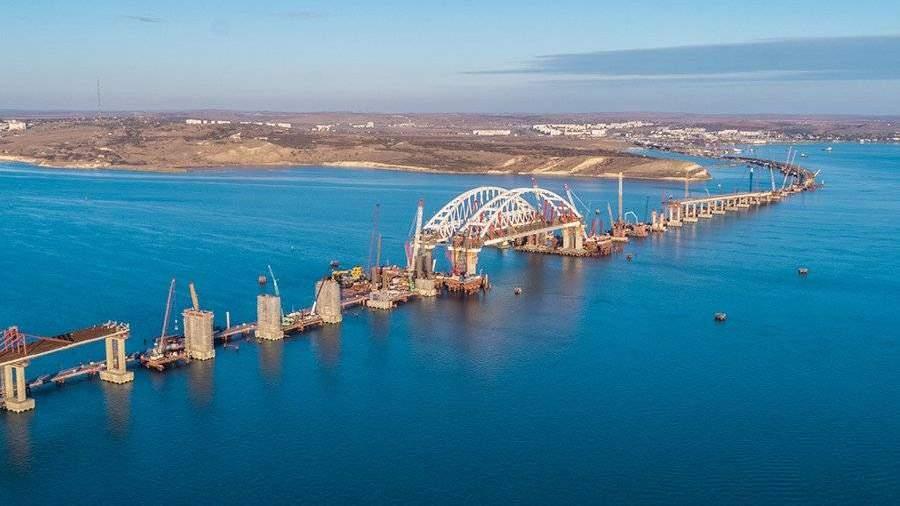 Первое судно прошло под обеими арками Крымского моста