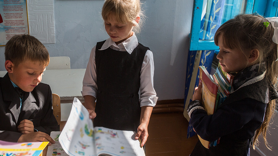 Нижнекамским учащимся раздали учебник про государство Татарстан