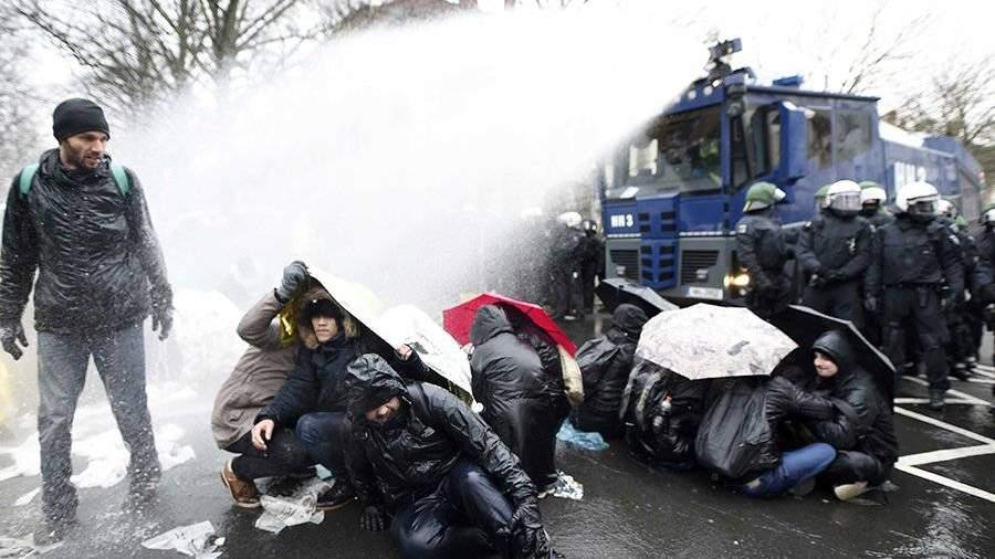 Протесты в германском Ганновере: милиция применила водометы