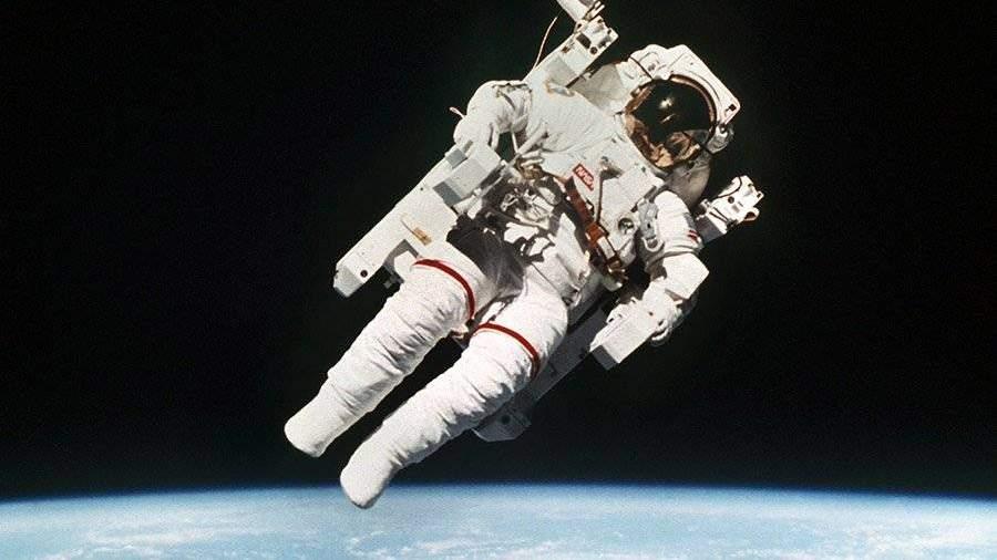 Скончался 1-ый вышедший воткрытый космос без страховки астронавт