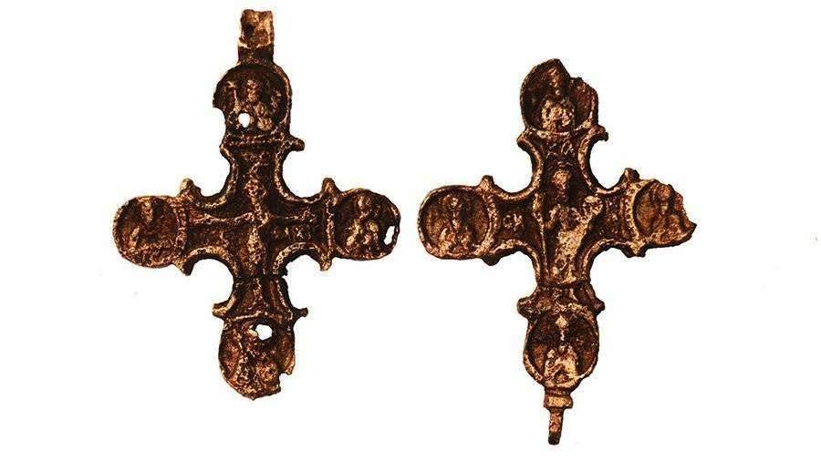 Археологи нашли изразец и крест XVI века в районе Маросейки в Москве