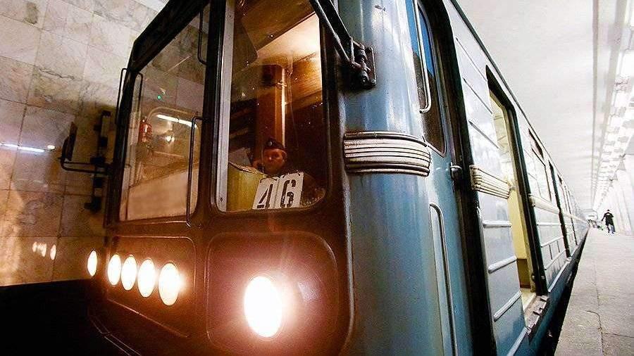 Сосет девушки в юбках в поезде метро видео