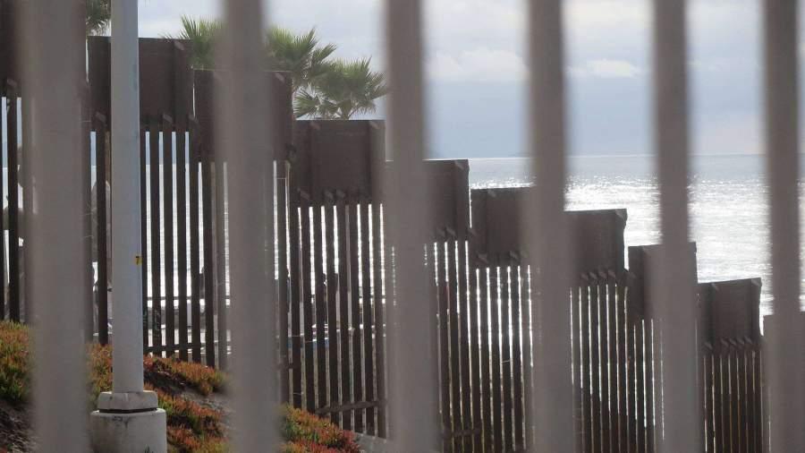 Трамп заявил о строительстве стены на границе с Мексикой силами военных
