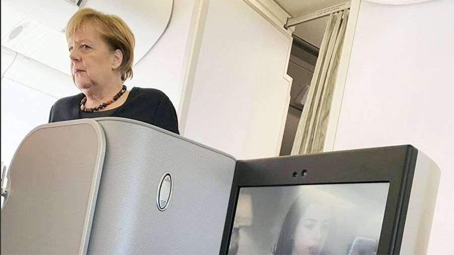 Летевшую в обычном самолете Меркель засняли пассажиры