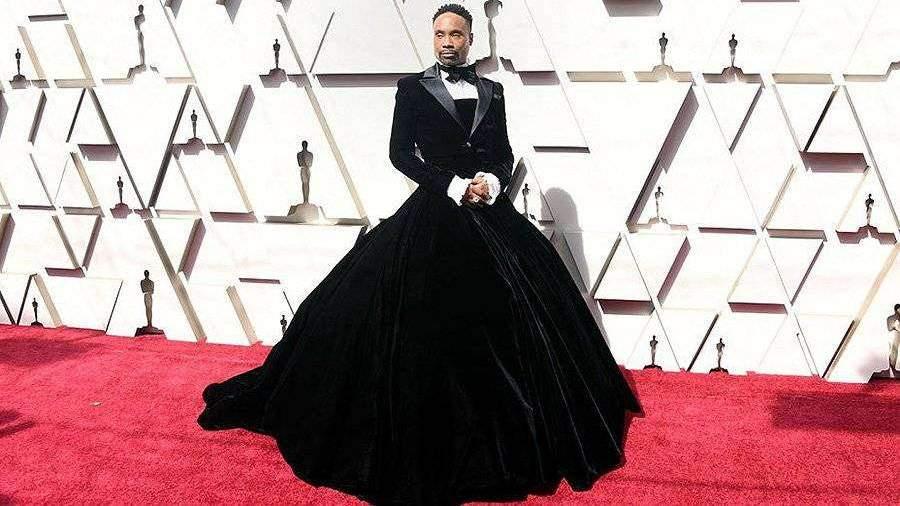 Актер из Американской истории ужасов пришел на Оскар в пышном платье