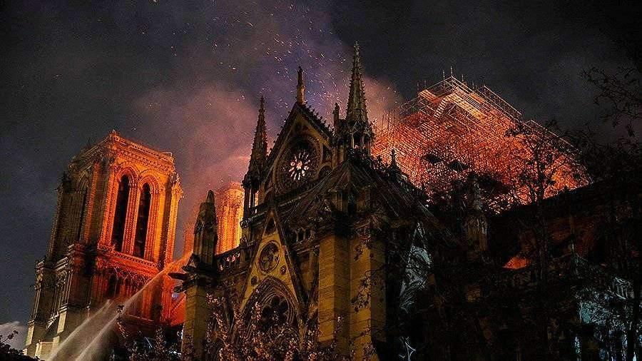 Пожарные могут не потушить возгорание в соборе Парижской Богоматери