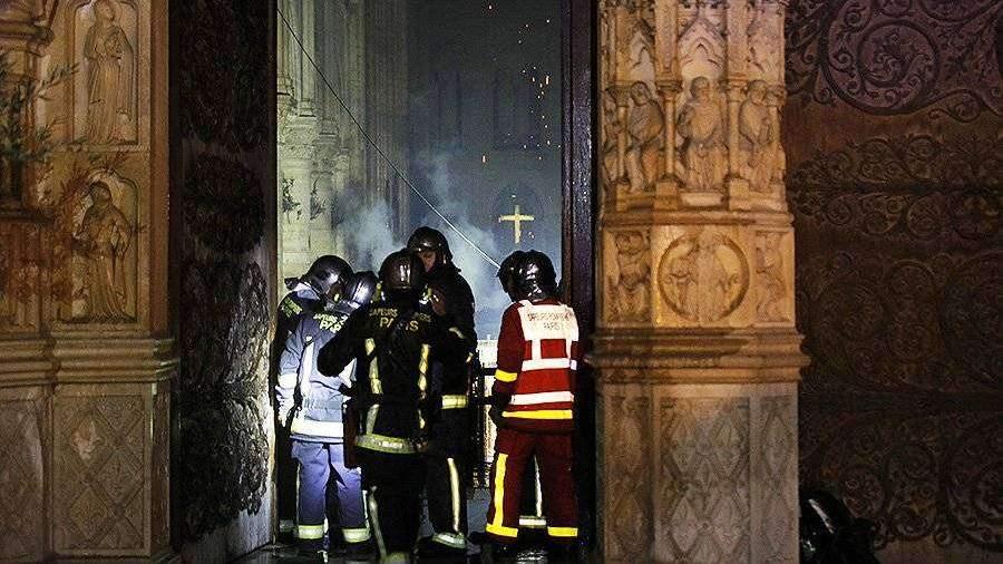Пожарные пытаются спасти хоть что-то в Нотр-Дам-де-Пари