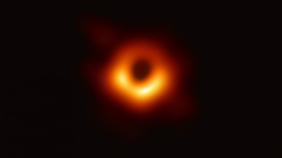Астрофизики впервые в истории показали фото черной дыры