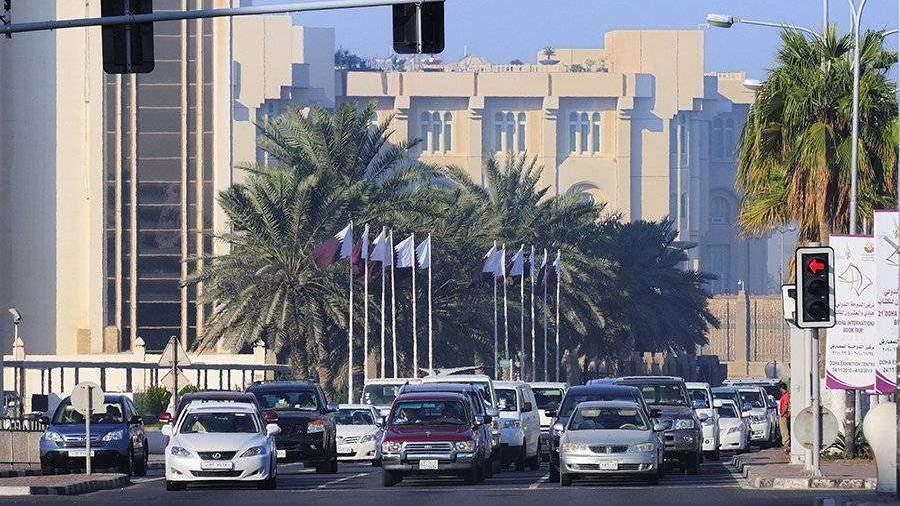 В Катаре начали красить дороги в голубой цвет для борьбы с жарой