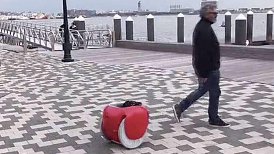 В США появился стимулирующий к пешим прогулкам багажный робот