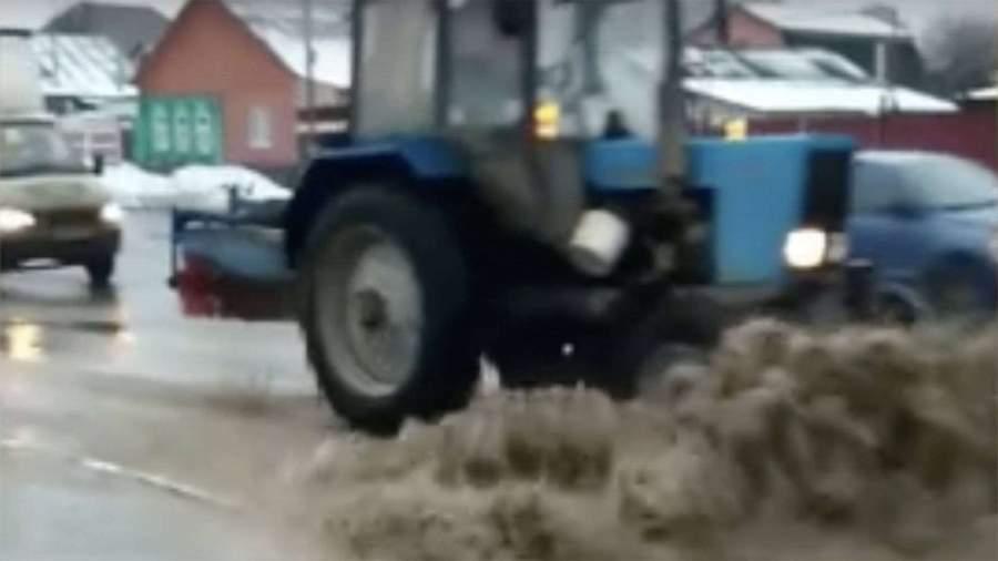 В Сети высмеяли «уборку» луж трактором в Саранске
