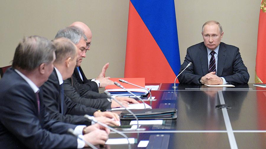 Путин провел оперативное совещание с постоянными членами СБ России
