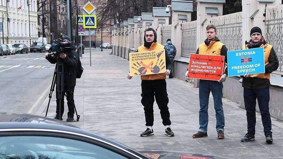 В Москве начался пикет в поддержку Sputnik Эстония