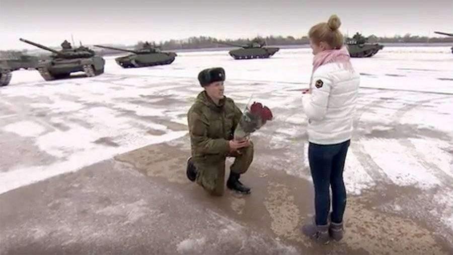 Российский танкист сделал предложение девушке с помощью сердца из танков