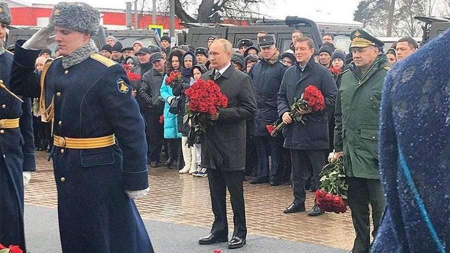 Путин возложил цветы к памятнику воинам 6-й роты в Пскове