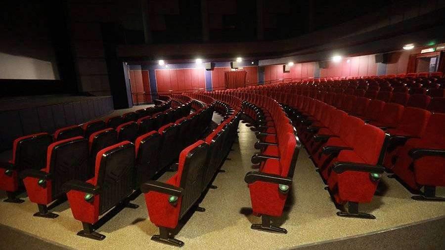 Посещаемость кинотеатров в России снизилась вдвое из-за коронавируса