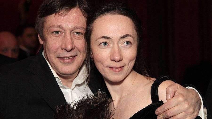 Жена Ефремова прокомментировала недопуск мужа на борт самолета