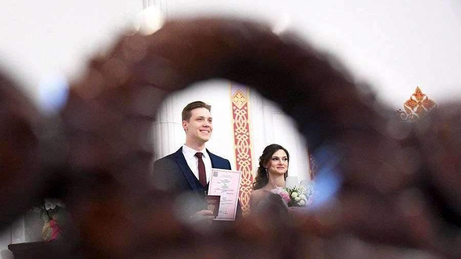 Россияне не стали отказываться от свадеб из-за коронавируса