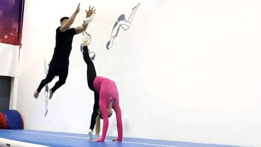 Российские гимнасты исполнили трюк с туалетной бумагой под Little Big