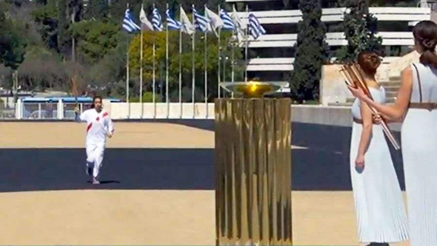 Афины передали Токио олимпийский огонь при пустых трибунах