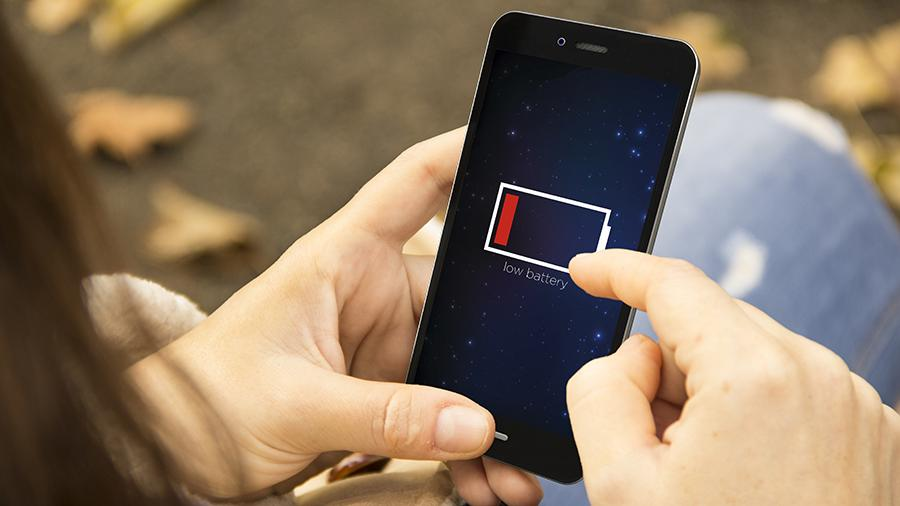 Эксперт рассказал об опасности зарядки смартфона на протяжении ночи