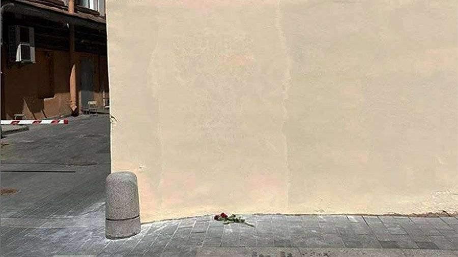 Петербуржцы принесли цветы к стене с закрашенным портретом Бродского