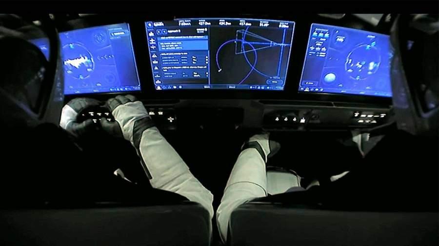 Экипаж МКС установил контакт с астронавтами из Crew Dragon