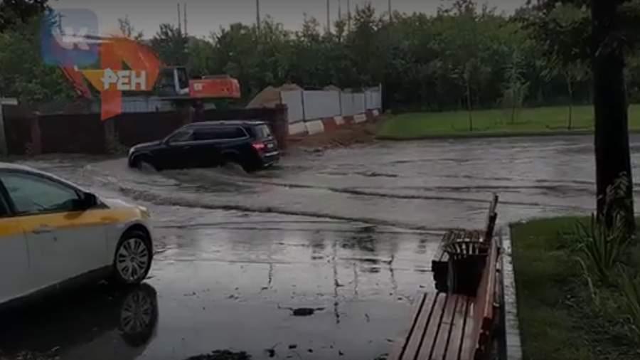Очевидцы засняли подтопление дорог Москвы после мощной грозы с ливнем
