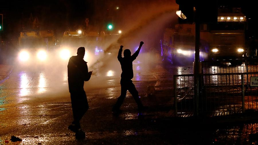 2021 04 08T195806Z 1745200998 RC2VRM9MWOFY RTRMADP 3 BRITAIN NIRELAND PROTESTS.JPG Полиция Северной Ирландии применила водометы для разгона протестующих