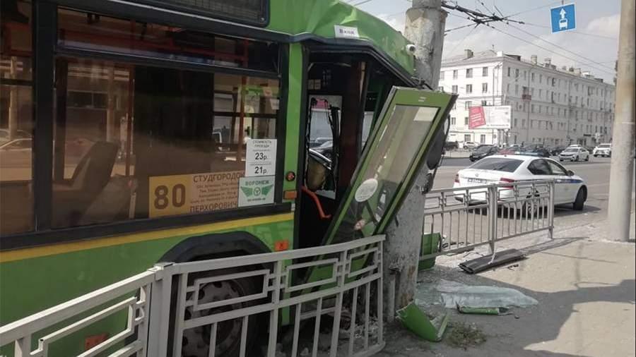 Четыре человека пострадали в ДТП с автобусом в Воронеже