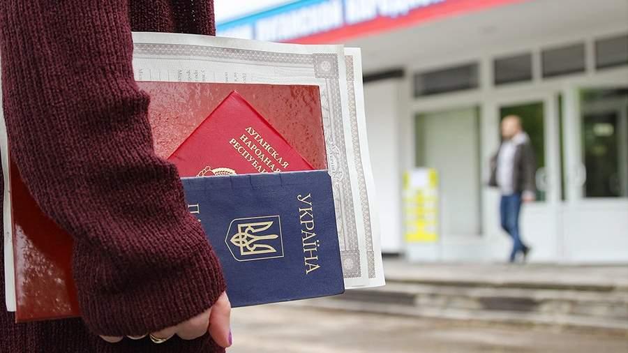 Девушка с документами у центра выдачи паспортов РФ жителям ЛНР