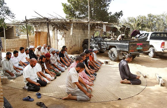 Повстанцы в Мисурате смеются над Каддафи