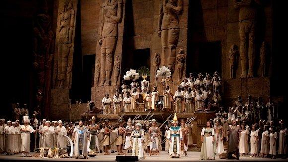 «Оперных певцов лучше не снимать крупным планом»