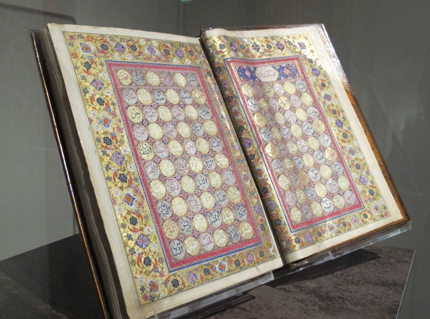 Коран, курильница и райские пери стали классикой
