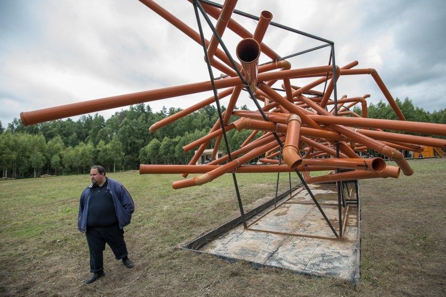 Современное искусство вывезли в лес