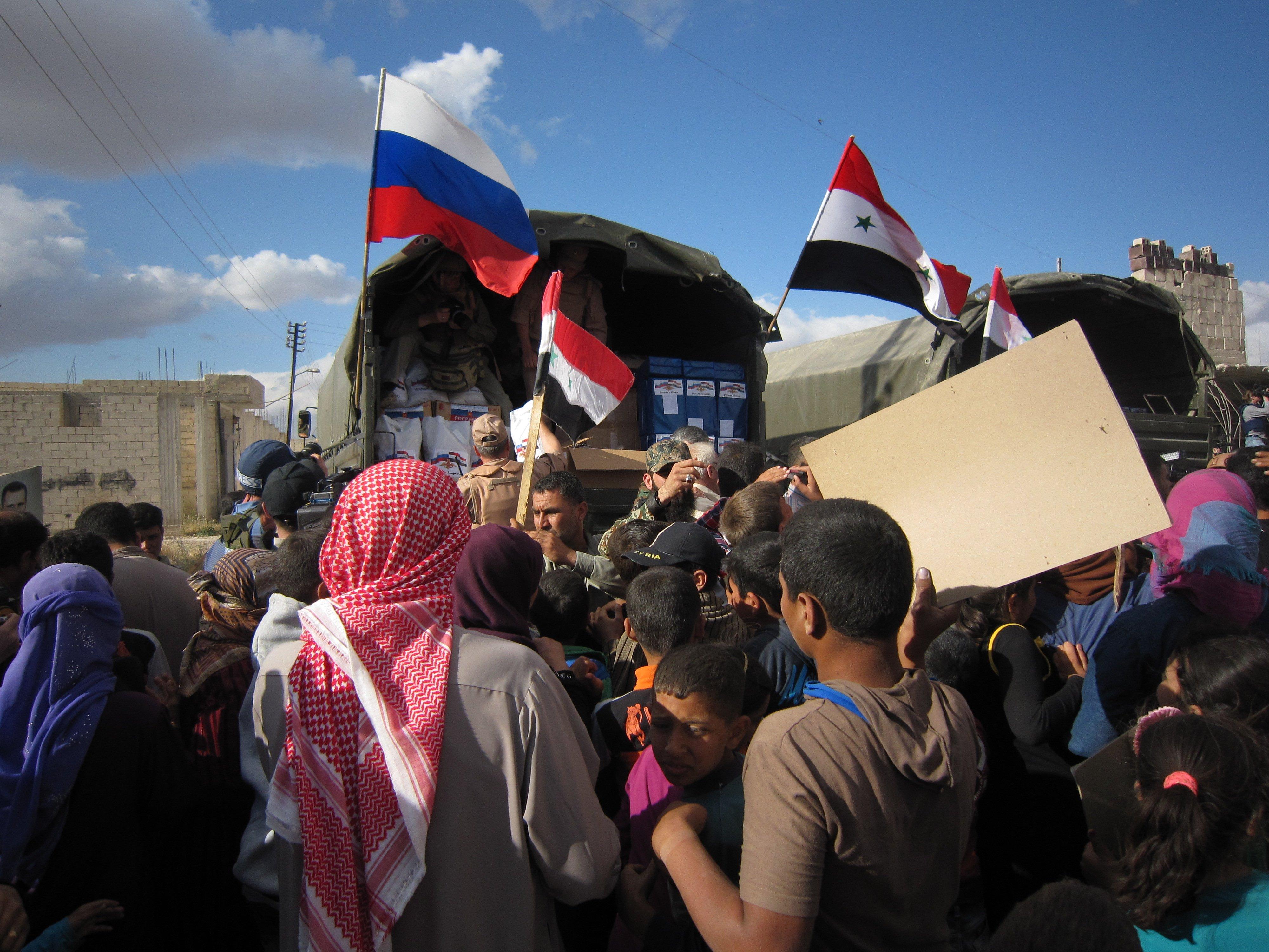 Сирийский Каукаб отметил освобождение с российскими флагами в руках
